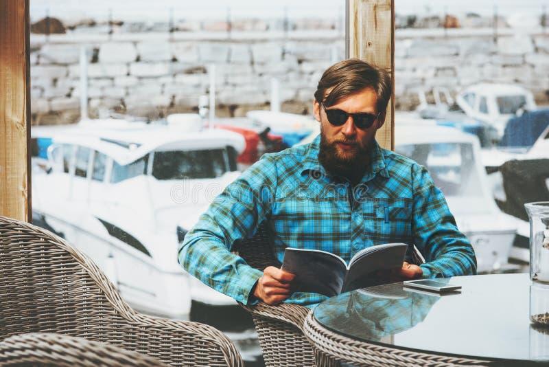 Uomo barbuto in yacht di lusso dell'uomo d'affari di successo di stile di vita del giornale della lettura del ristorante immagine stock libera da diritti