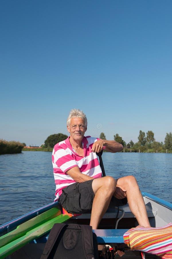 Uomo in barca al fiume