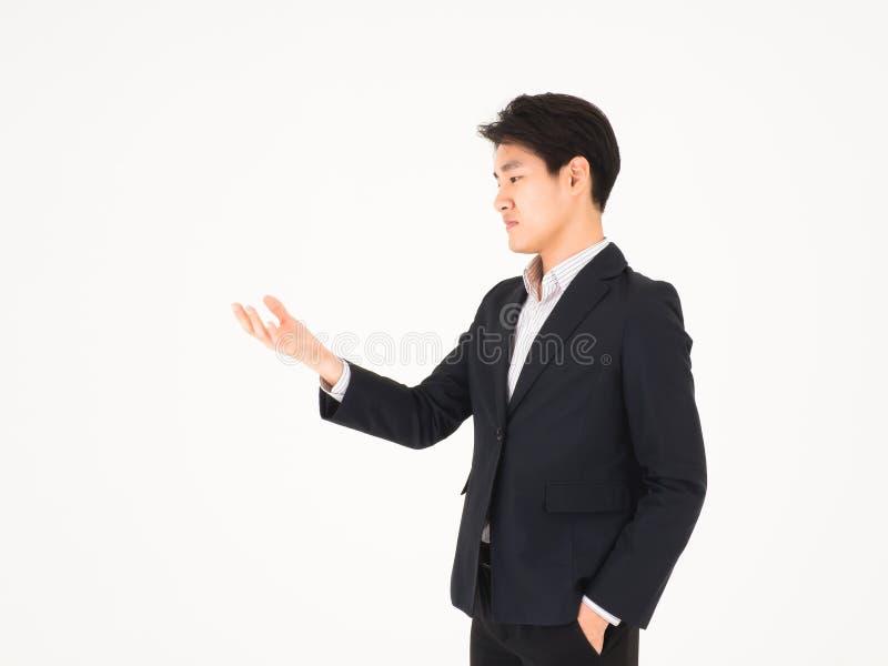 Uomo bello asiatico di affari che guarda in lui mano fotografie stock libere da diritti