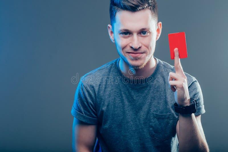 Uomo bello in camicia blu con la carta bianca fotografia stock libera da diritti