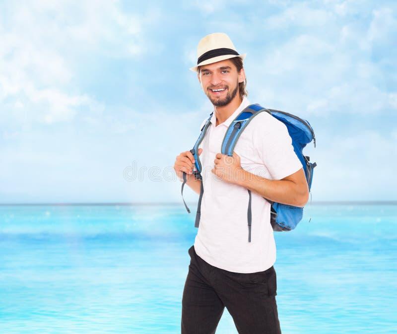 Uomo bello in cappello con lo zaino, sorriso fotografie stock