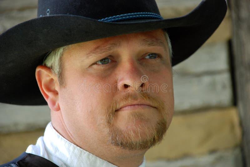 Uomo bello in cappello nero fotografia stock libera da diritti