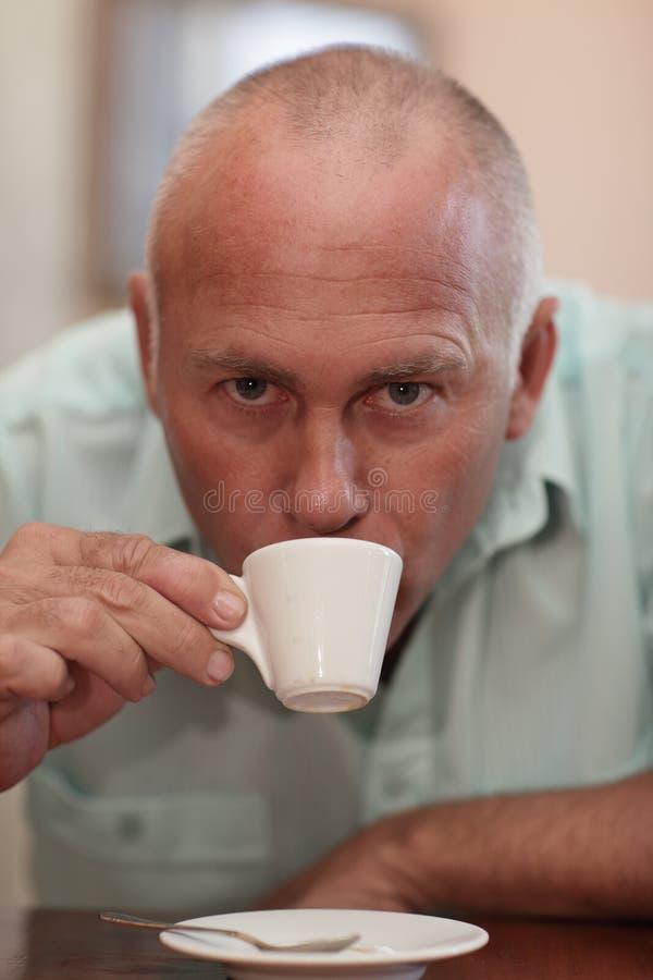 Uomo bello che beve un caffè espresso fotografie stock