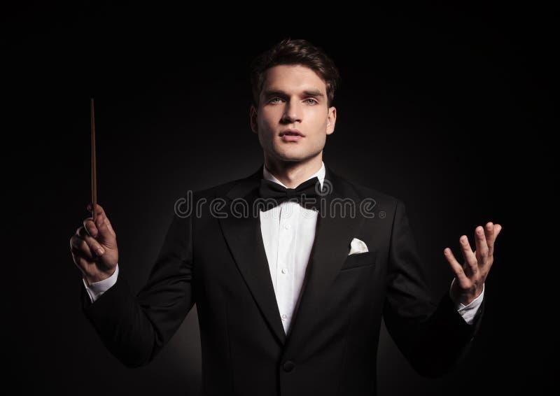 Uomo bello che conduce un'orchestra fotografia stock libera da diritti