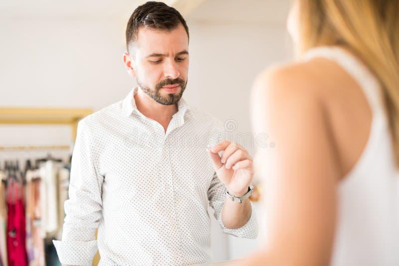 Uomo bello che guarda per comprare un anello di diamante fotografie stock libere da diritti