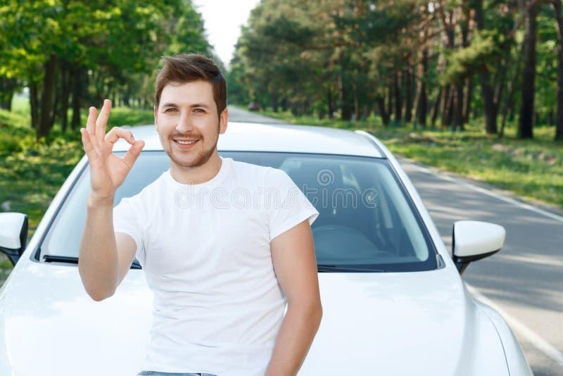 Download Uomo Bello Che Indica Automobile Vicina Giusta Immagine Stock - Immagine di uomo, barba: 55351083