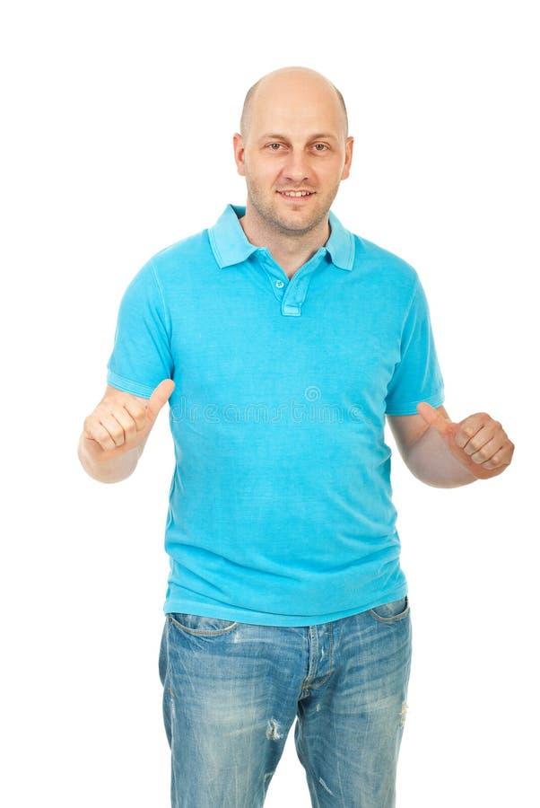 Uomo bello che indica la sua maglietta fotografia stock libera da diritti