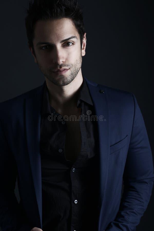 Uomo bello che indossa un vestito blu fotografia stock