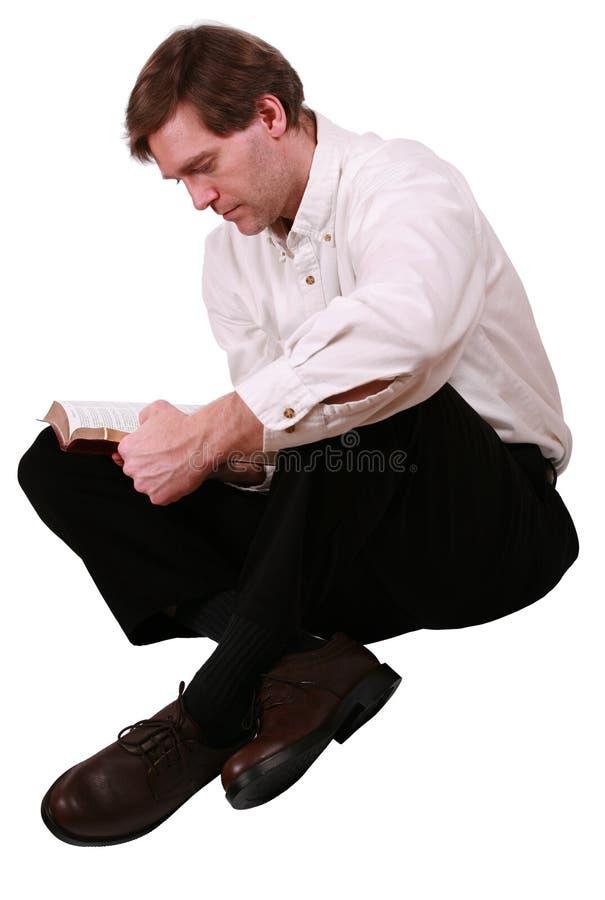Uomo bello che legge bibbia fotografia stock
