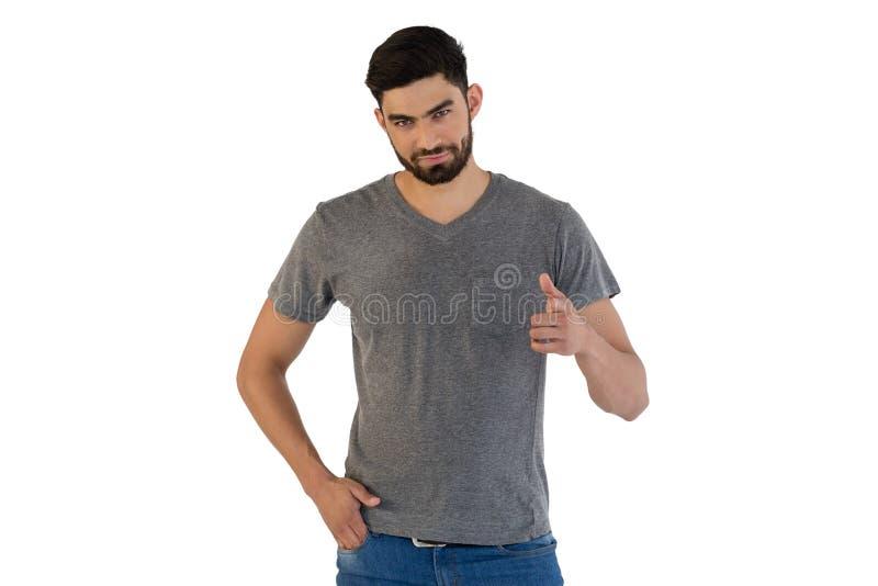 Uomo bello che posa contro il fondo bianco fotografie stock libere da diritti