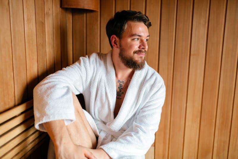 Uomo bello che si rilassa nella sauna immagini stock libere da diritti