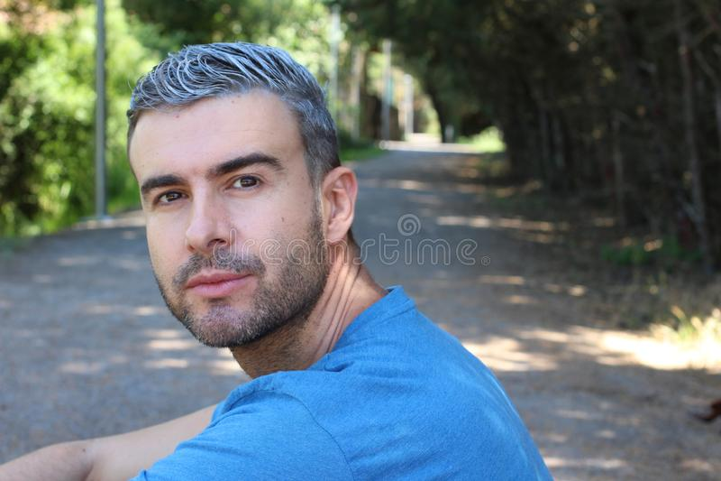 Uomo bello con capelli grigi all'aperto fotografia stock