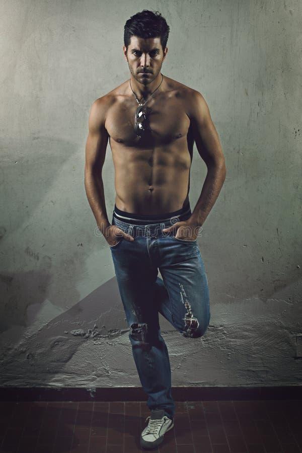 Uomo bello con l'ente muscolare immagini stock