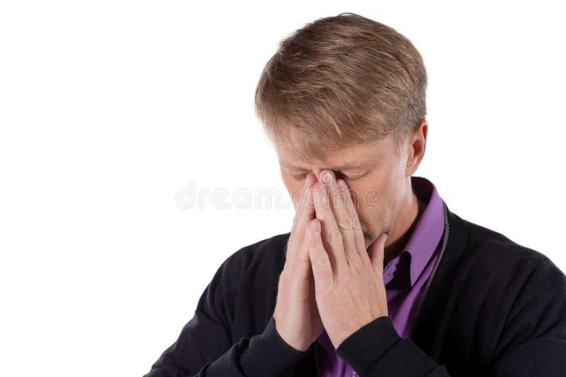 Uomo bello con la malattia di influenza e di freddo che soffre da un'emicrania sopra fondo bianco immagini stock libere da diritti