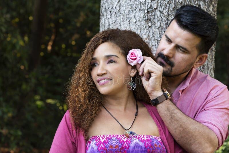 Uomo bello con la sua moglie nel parco fotografia stock