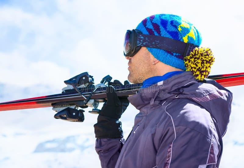 Uomo bello dello sciatore fotografie stock libere da diritti