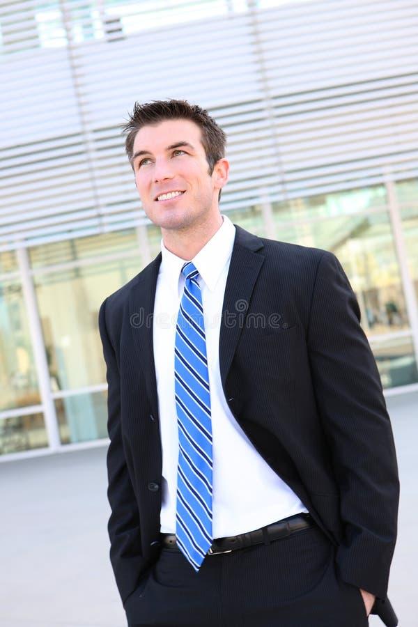 Uomo bello di affari all'ufficio fotografia stock libera da diritti