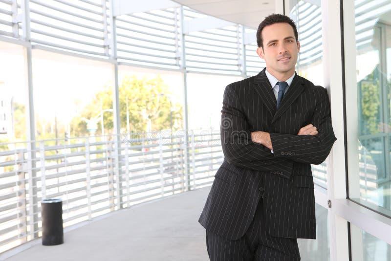 Uomo bello di affari all'ufficio immagini stock