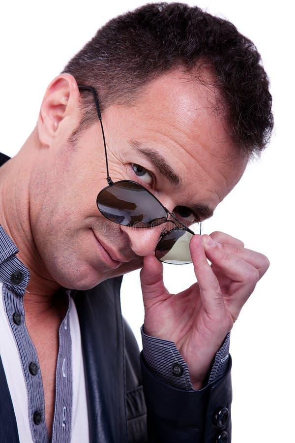 Uomo bello di centrale-età con i vetri di sole fotografie stock