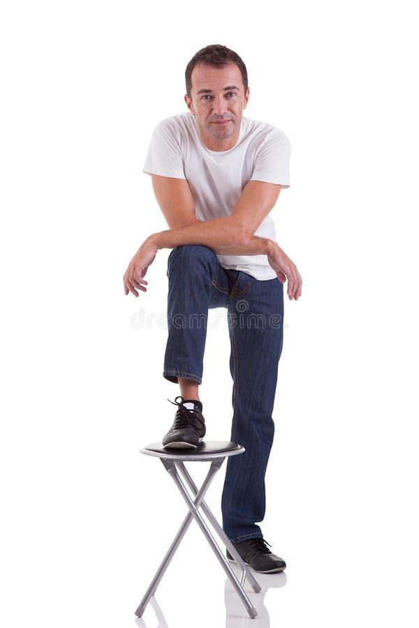 uomo bello di centrale-età con il suo piede su un banco immagine stock libera da diritti