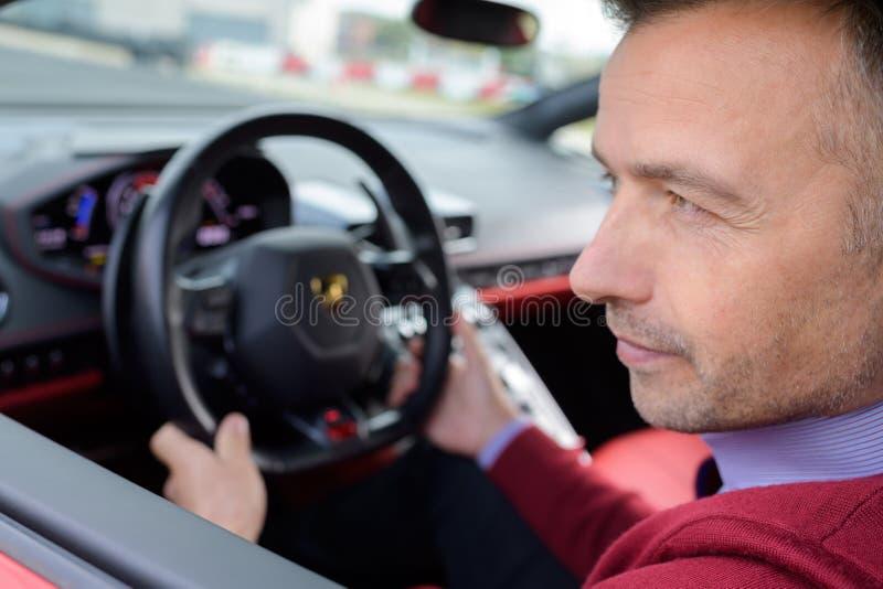Uomo bello di medio evo che conduce automobile immagini stock libere da diritti