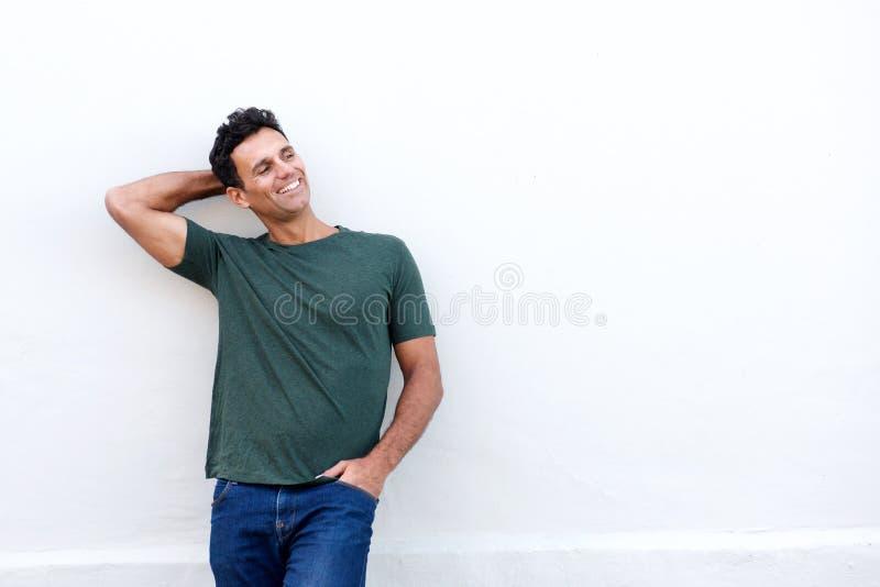 Uomo bello di medio evo che sorride con la mano in capelli immagini stock libere da diritti