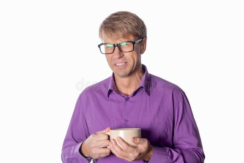 Uomo bello di medio evo con la tazza di caffè isolata su fondo bianco fotografie stock
