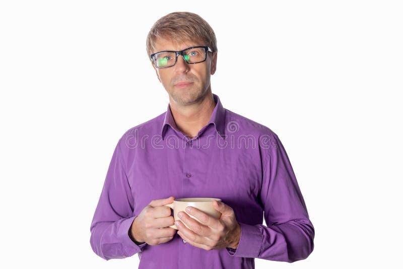 Uomo bello di medio evo con la tazza di caffè isolata su fondo bianco immagine stock libera da diritti