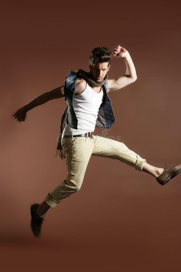 Uomo bello di modo della mosca di alto salto giovane fotografia stock