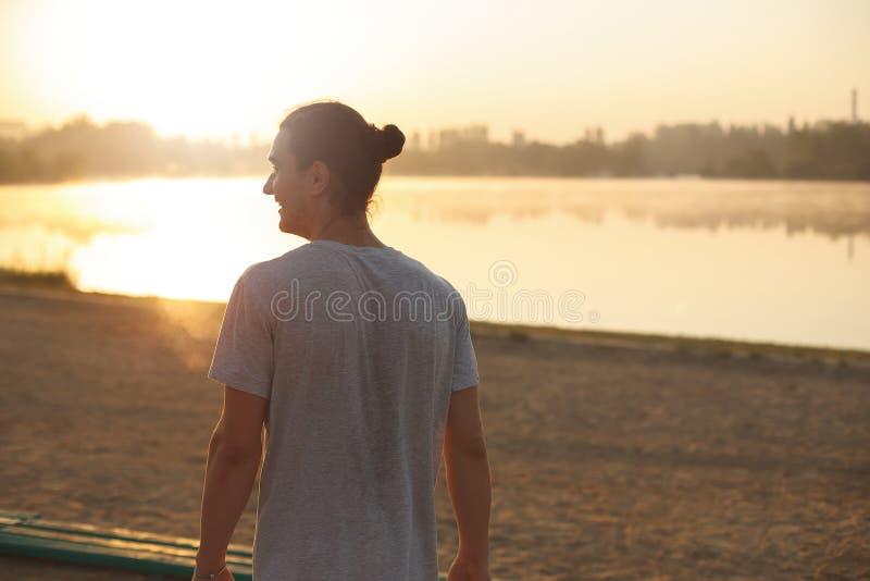 Uomo bello di profilo che sorride nel parco fotografia stock libera da diritti