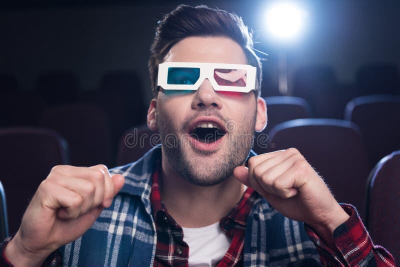 uomo bello emozionante in vetri 3d che guarda film fotografie stock