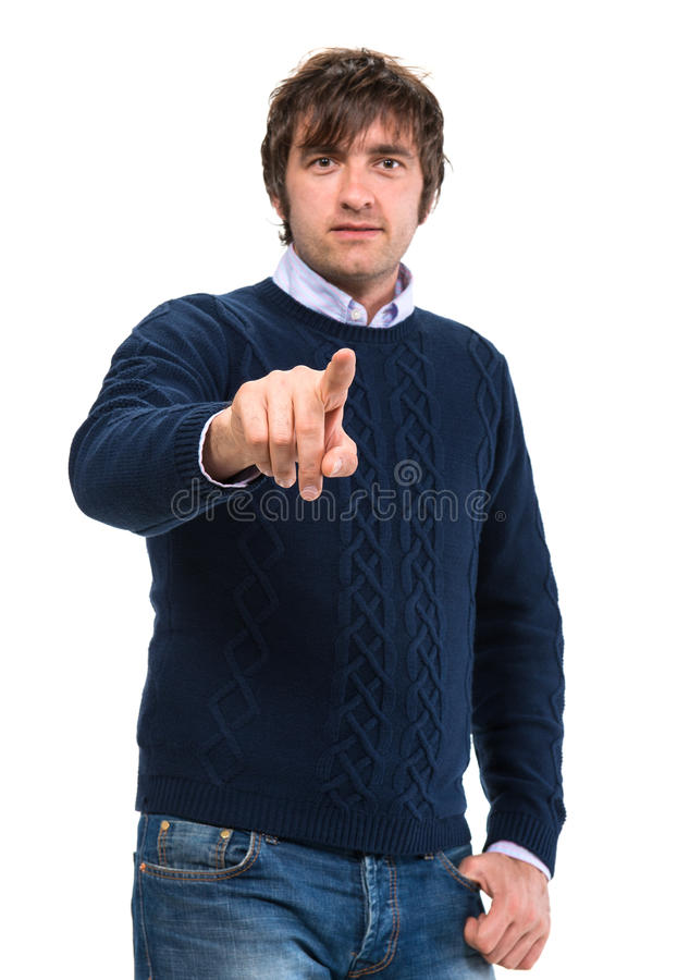 Uomo bello in maglione che indica il suo dito fotografia stock