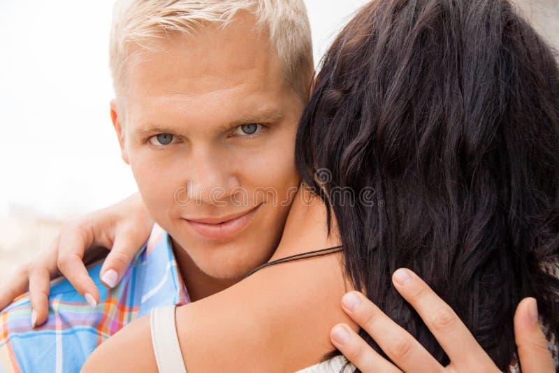 Uomo bello romantico che abbraccia la sua amica immagini stock libere da diritti