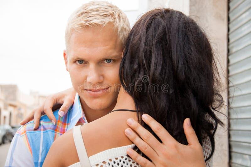 Uomo bello romantico che abbraccia la sua amica fotografia stock
