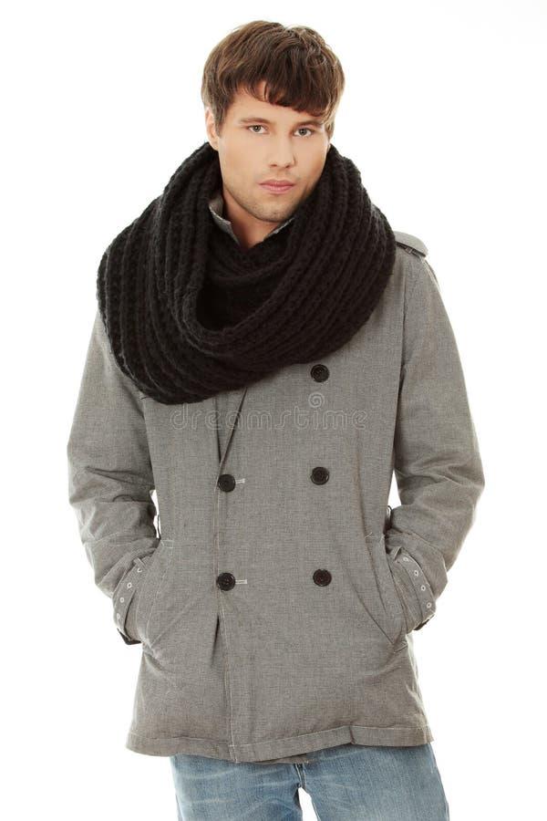 Uomo bello in sciarpa e cappotto immagini stock