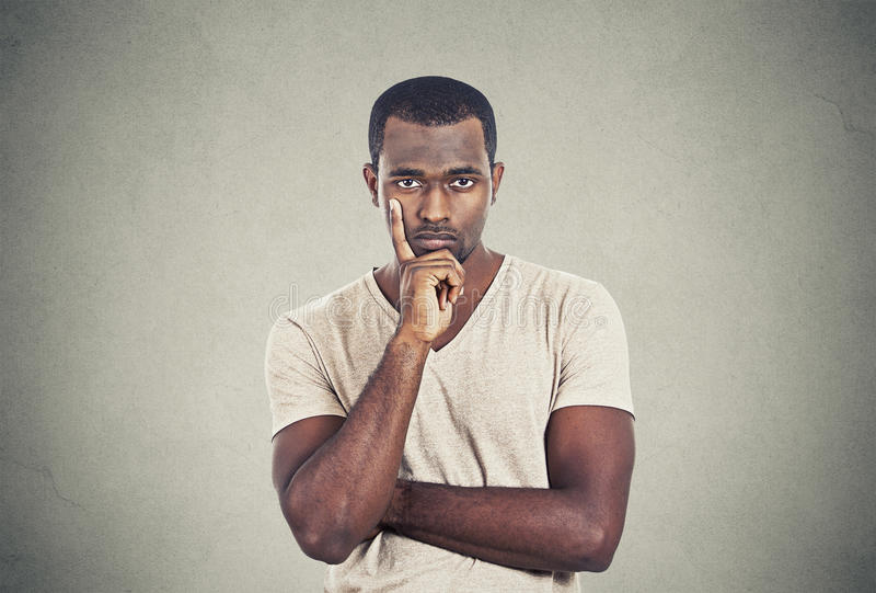 Uomo bello serio con lo sguardo scettico fotografia stock