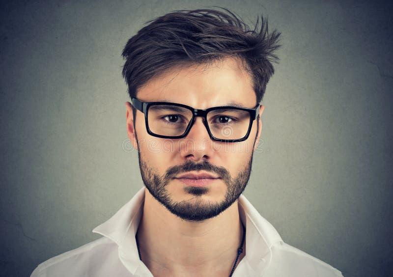 Uomo bello serio in occhiali immagine stock
