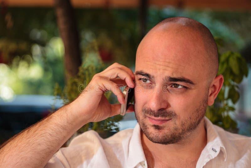 Uomo bello sul telefono immagine stock libera da diritti