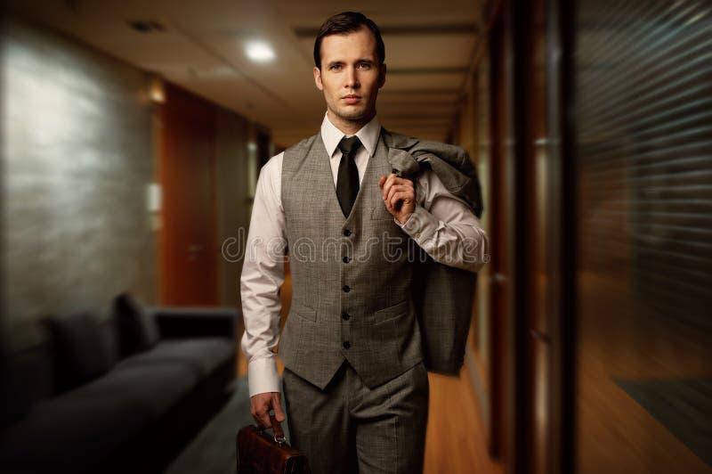 Uomo bello in un hotel fotografie stock libere da diritti
