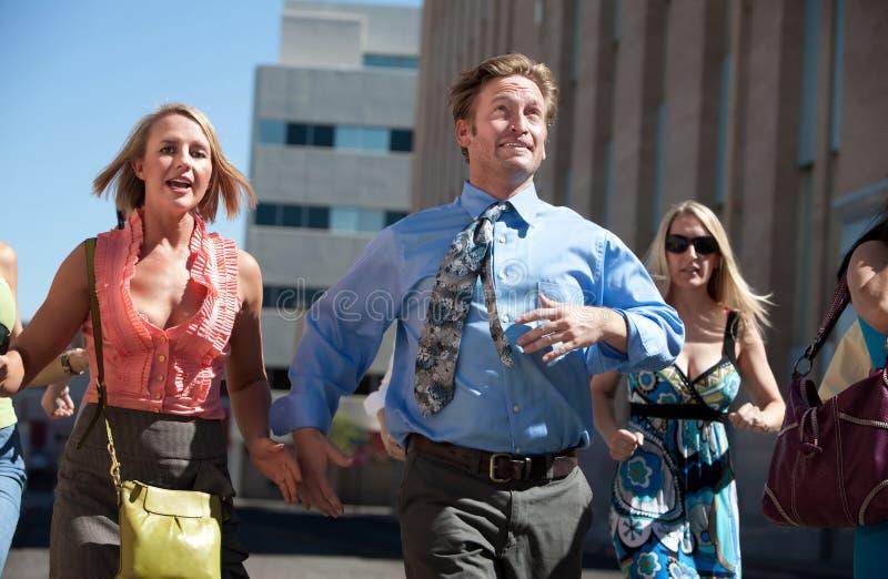 Uomo bello in una corsa per successo. immagini stock
