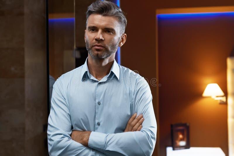 Uomo bello in vestiti di modo nell'interno di lusso Uomo d'affari immagini stock libere da diritti