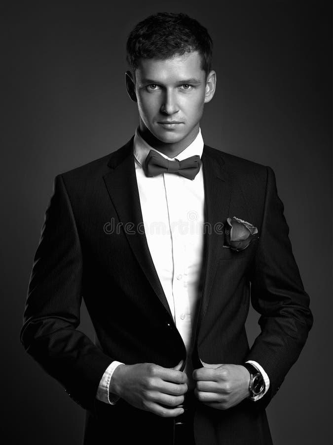 Uomo bello in vestito uomo dello sposo dei giovani con il fiore Ragazzo elegante immagini stock libere da diritti