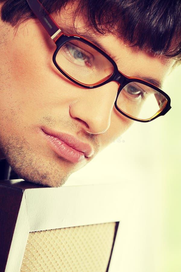 Uomo bello in vetri fotografie stock