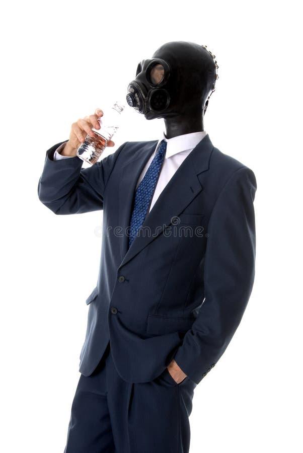 Uomo bevente della mascherina immagini stock