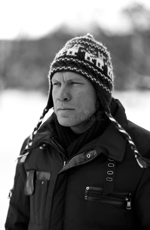 Uomo in bianco e nero in inverno fotografia stock