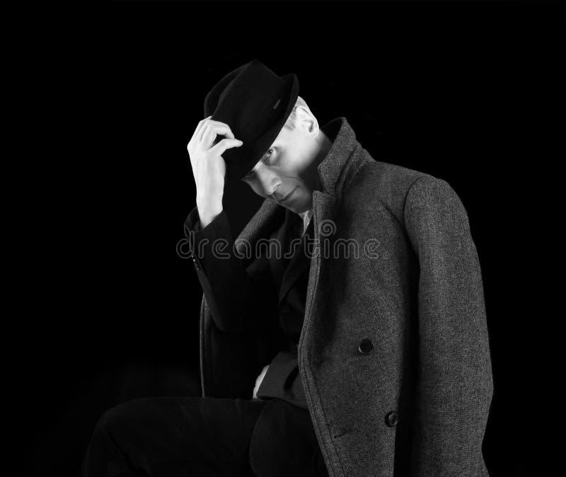 Uomo in black hat e cappotto fotografie stock