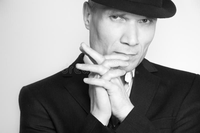 Uomo in black hat ed in vestito fotografie stock