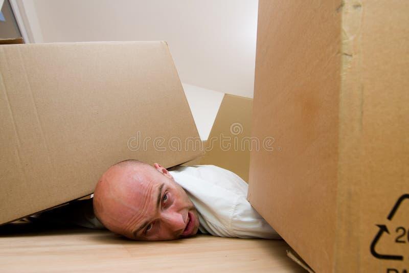 Uomo bloccato sotto le caselle fotografie stock libere da diritti