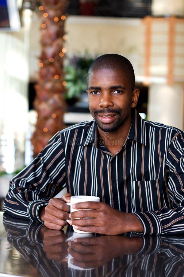 Uomo in caffetteria fotografia stock