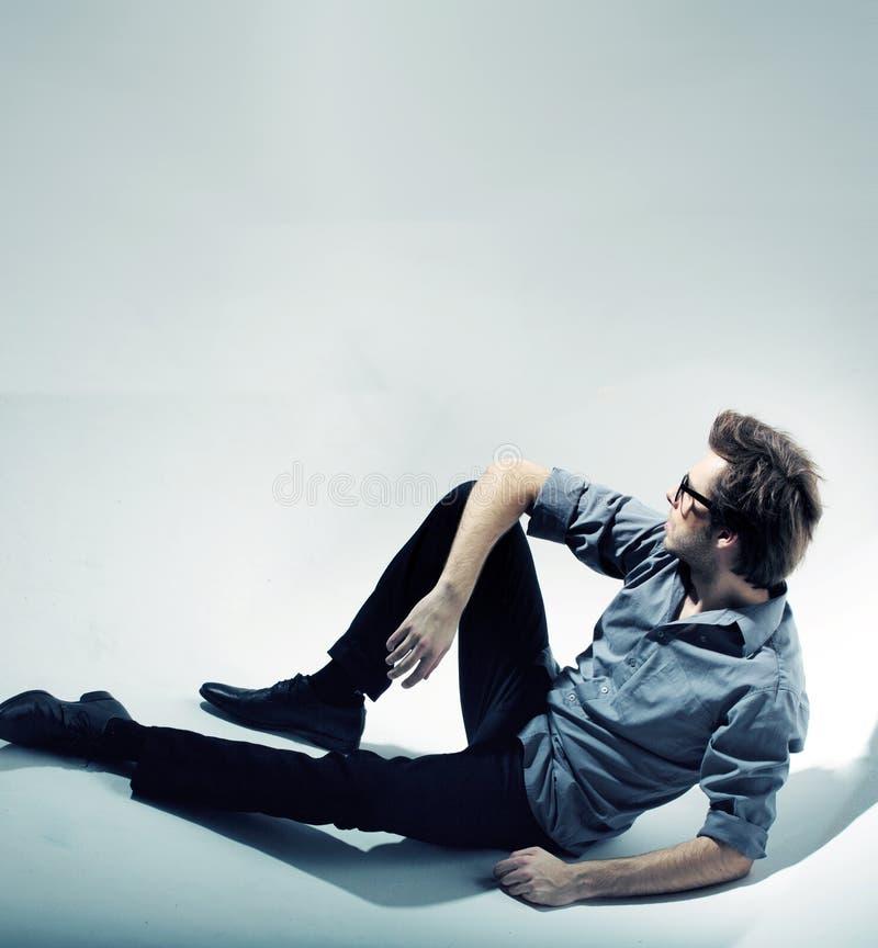 Uomo calmo di seduta e di pensiero immagini stock libere da diritti